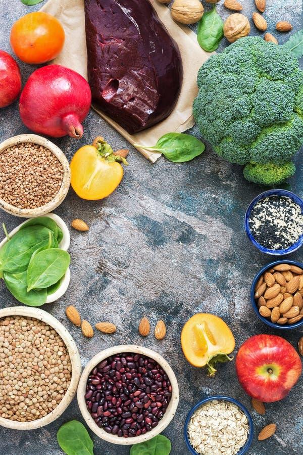 Voedsel hoog in Ijzer Lever, broccoli, dadelpruim, appelen, noten, linzen, bonen, sesam, spinazie, granaatappel Hoogste mening, e stock afbeeldingen