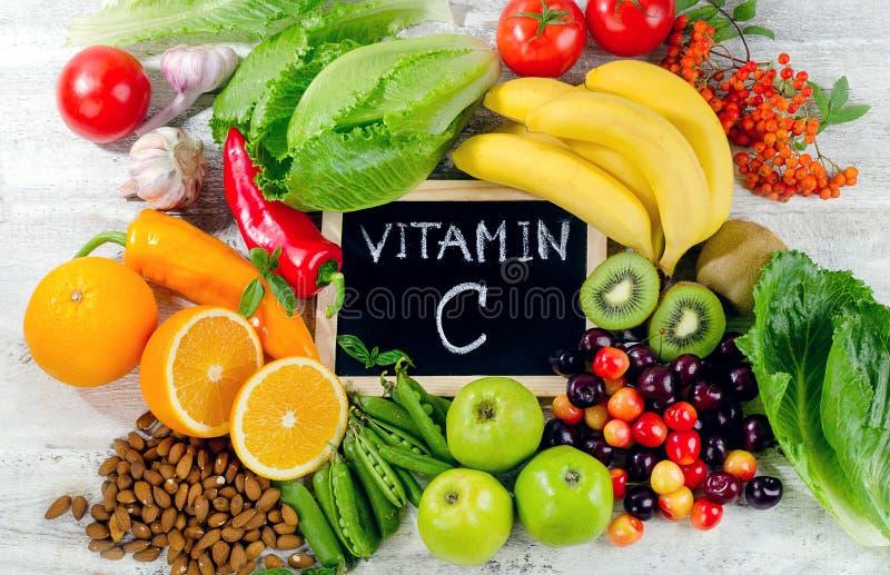 Voedsel Hoog in vitamine C op witte houten raad royalty-vrije stock foto's