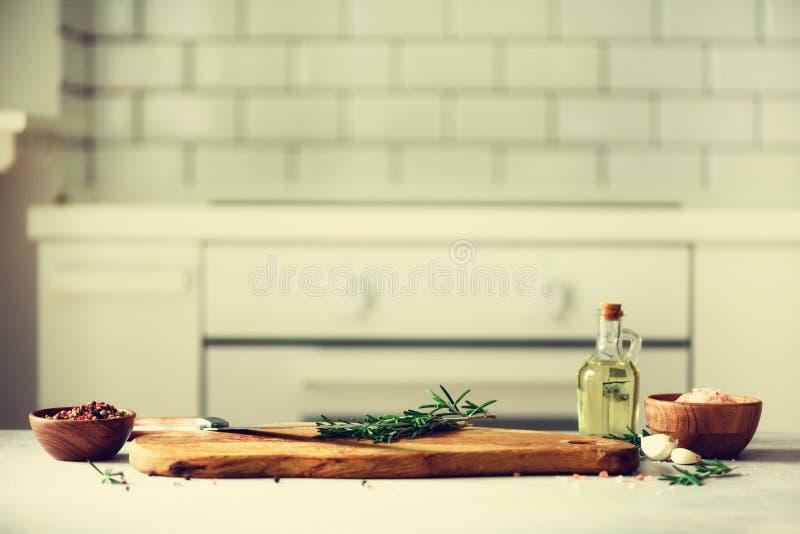 Voedsel kokende ingrediënten op de witte binnenlandse achtergrond van het keukenontwerp met rustiek houten hakbord in centrum, ex royalty-vrije stock foto's