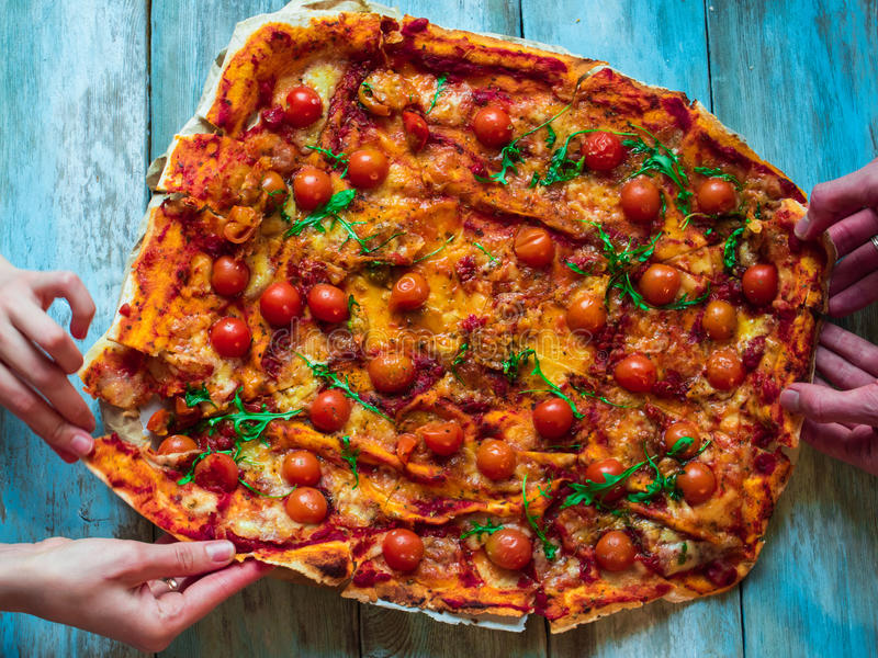 Voedsel, lunch en mensenconcept - sluit omhoog van vrienden of mensen die pizza eten royalty-vrije stock afbeelding