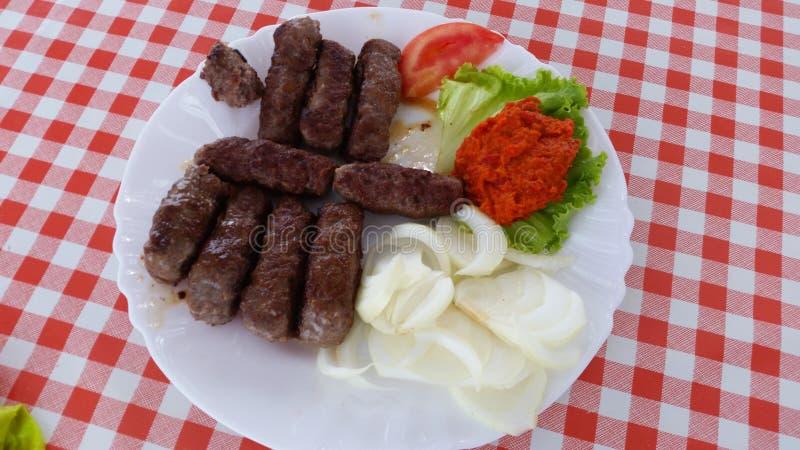 Voedsel, mooie en kleurrijke de zomerschotel met tomatenmozarella en typische worsten van Oost-Europa royalty-vrije stock afbeeldingen