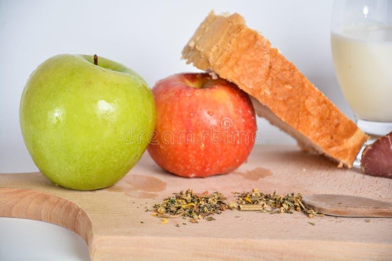 Voedsel op een houten raad stock foto