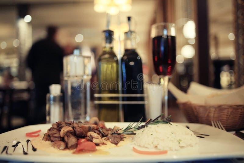 Voedsel op plaat in restaurant stock afbeelding
