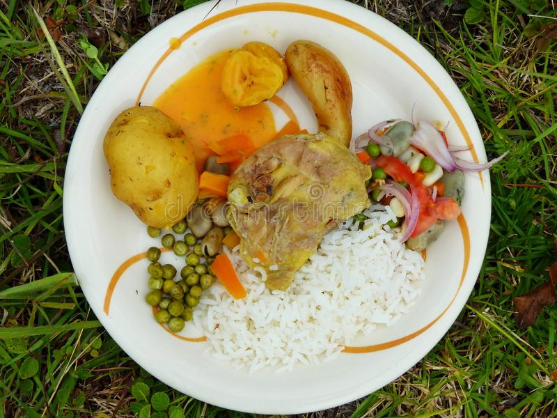 Voedsel op verwarmde stenen ondergronds wordt voorbereid die ecuador stock afbeelding