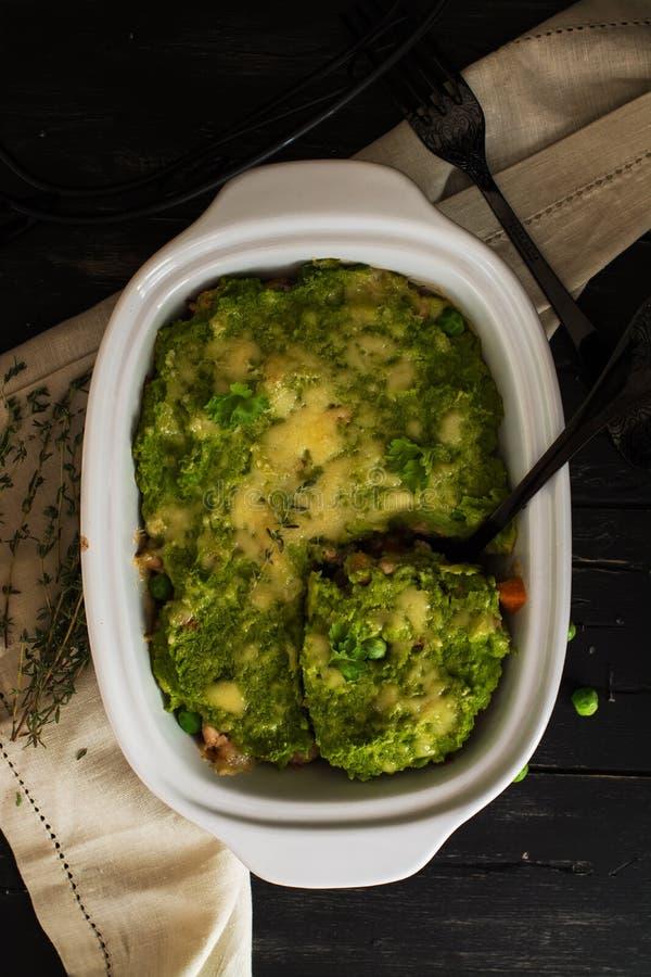 Voedsel op z'n gemak - braadpan met gehakt en veggies stock afbeeldingen