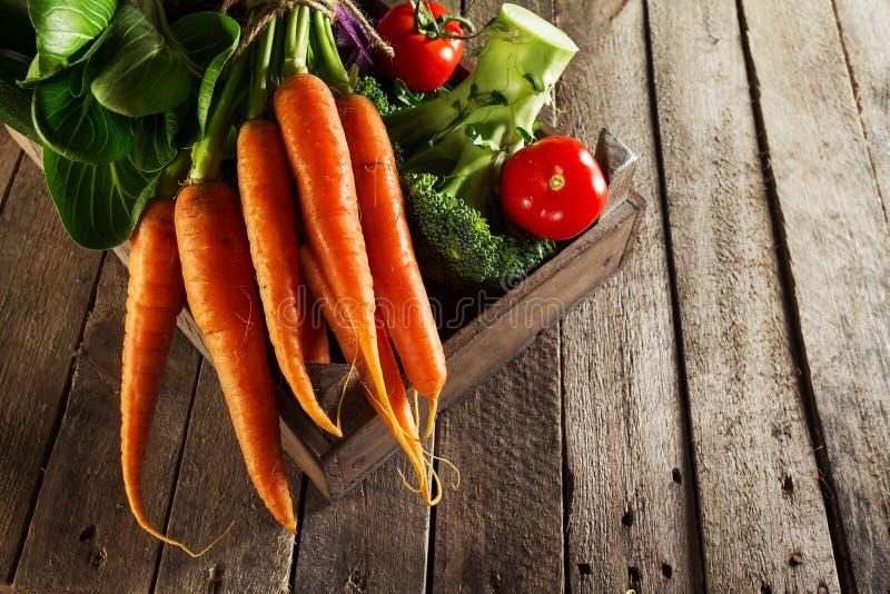 Voedsel Plantaardige Kleurrijke Achtergrond Smakelijke Verse Groenten in Houten Vakje op Houten Lijst Patroon voor verpakkend doc royalty-vrije stock fotografie