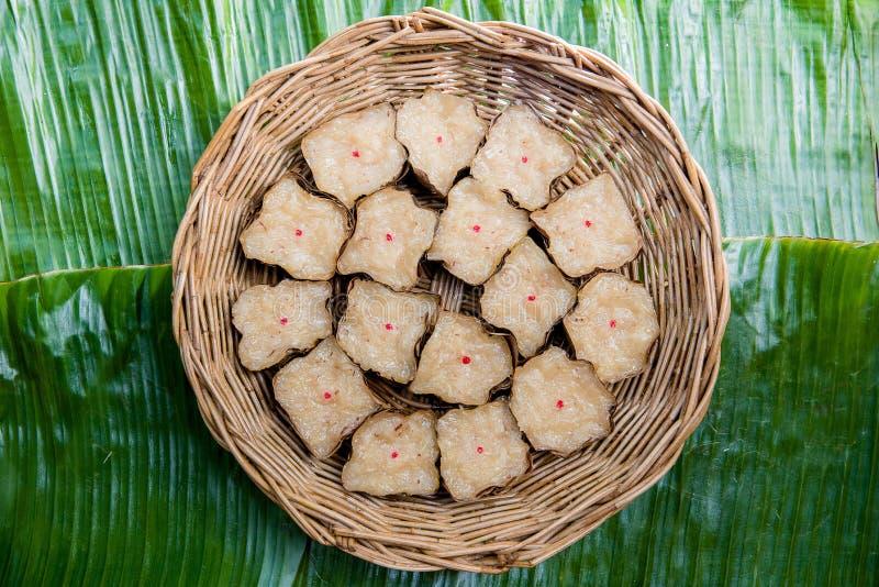 Voedsel Thais dessert in een mand stock foto