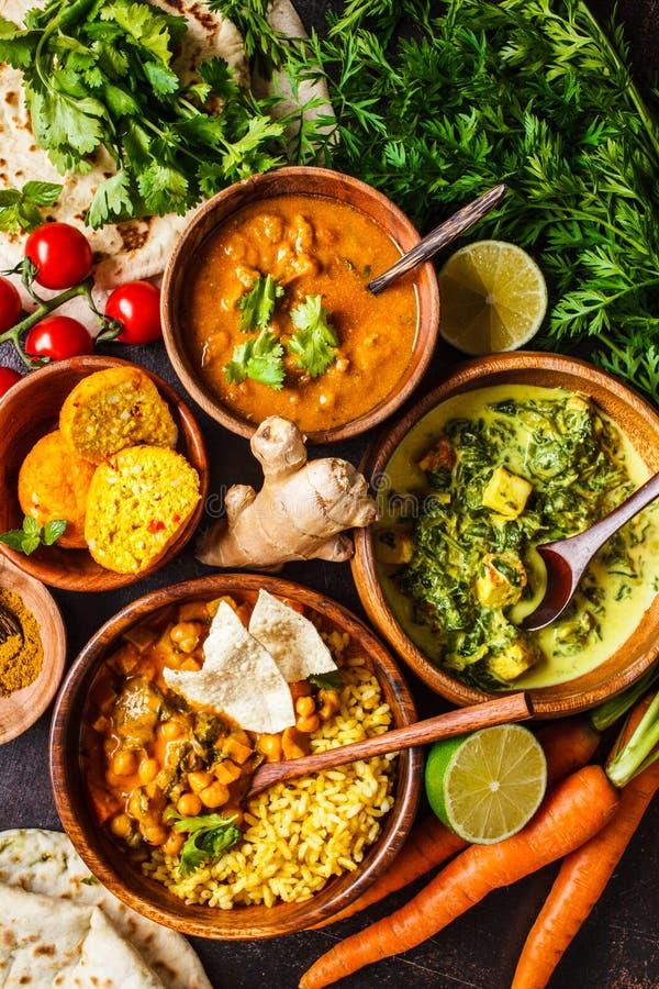 Voedsel traditionele Indische keuken Dal, palak paneer, kerrie, rijst, chapati, chutney in houten kommen op donkere achtergrond royalty-vrije stock afbeeldingen