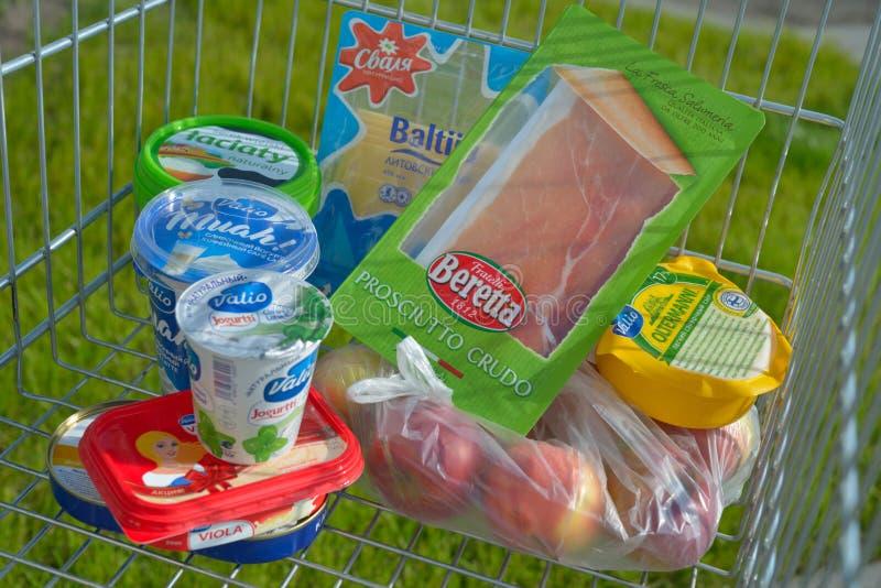 Voedsel uit de EU in een boodschappenwagentje wordt ingevoerd dat stock fotografie