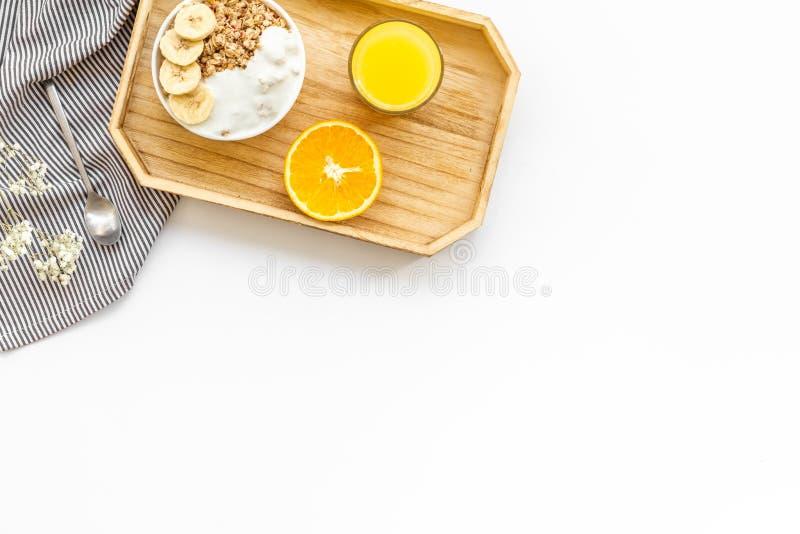 Voedsel voor gezond ontbijt met omhoog granola en vers jus d'orange op heldere witte achtergrond hoogste meningsspot stock afbeelding