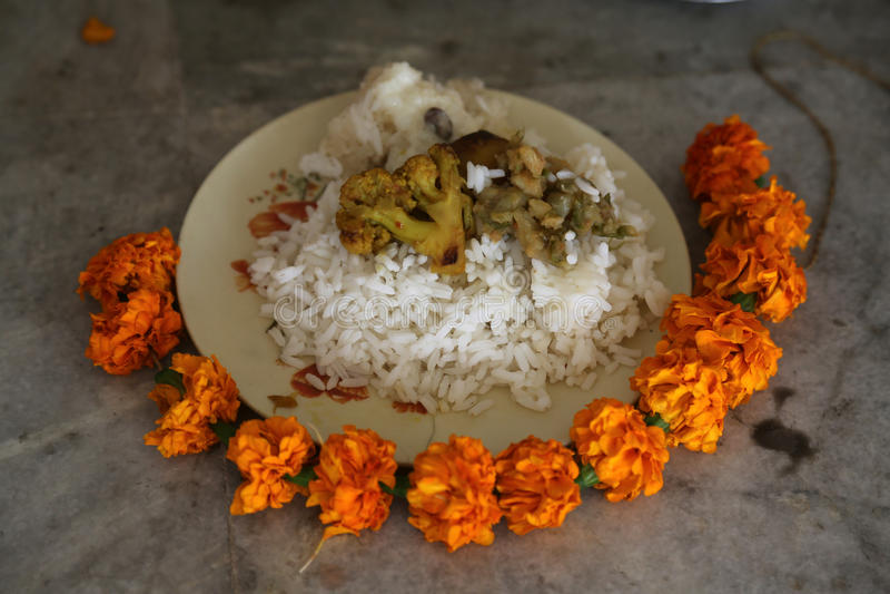 Voedsel voor godsdienstige verering, Boeddhistische tempel in Howrah, India royalty-vrije stock fotografie