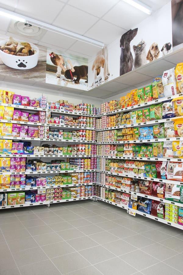 Voedsel voor huisdierenopslag shelving Plankeneenheid stock afbeelding