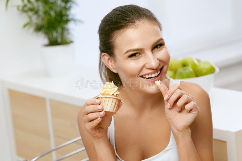 Voedsel Vrouw die zoet dessert eet royalty-vrije stock afbeeldingen
