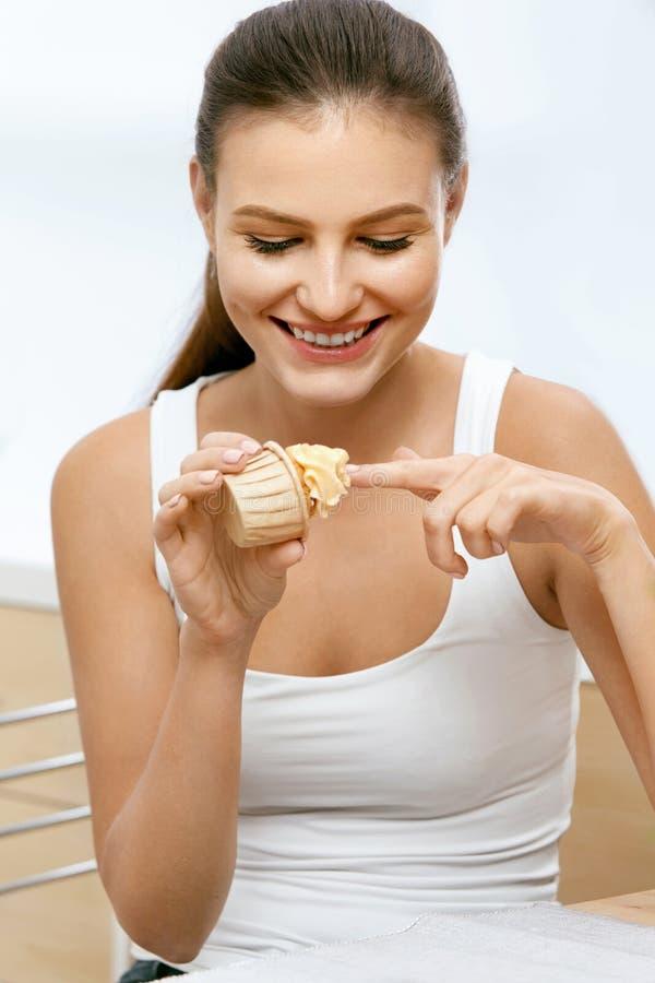 Voedsel Vrouw die zoet dessert eet royalty-vrije stock afbeelding