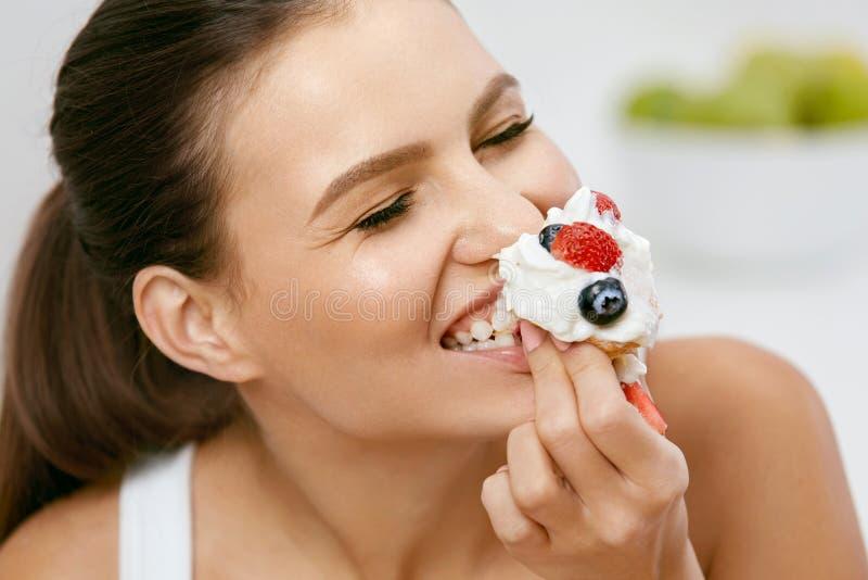 Voedsel Vrouw die zoet dessert eet stock afbeeldingen