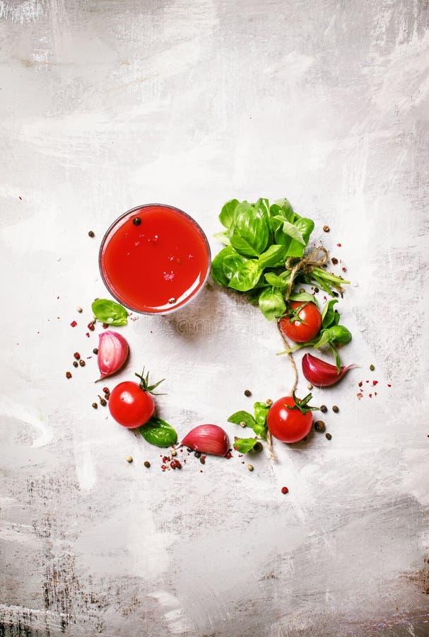 Voedselachtergrond, de kersentomaten van het tomatesap groene basilicum, geep stock afbeeldingen