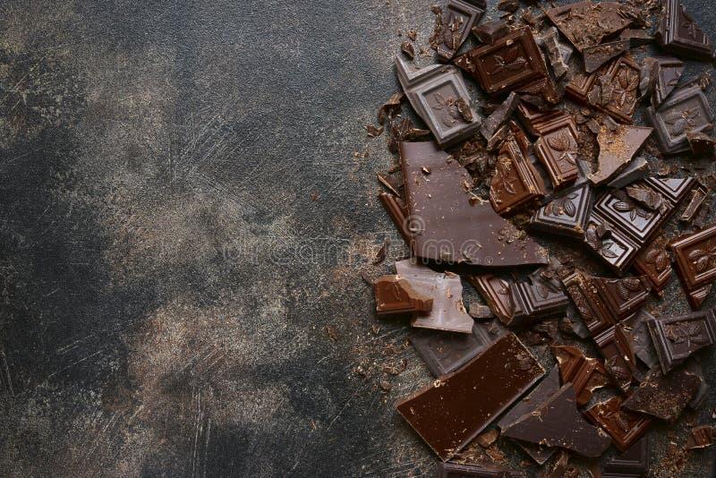 Voedselachtergrond met gehakte melk en bittere chocolade Hoogste mening royalty-vrije stock afbeeldingen