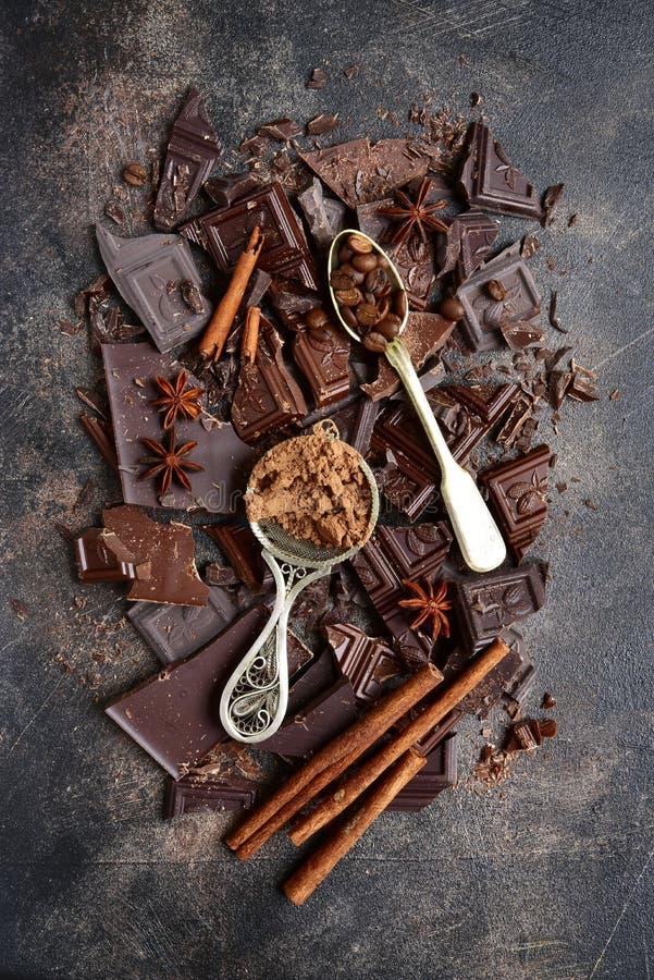 Voedselachtergrond met gehakte melk en bittere chocolade en kruid stock afbeeldingen