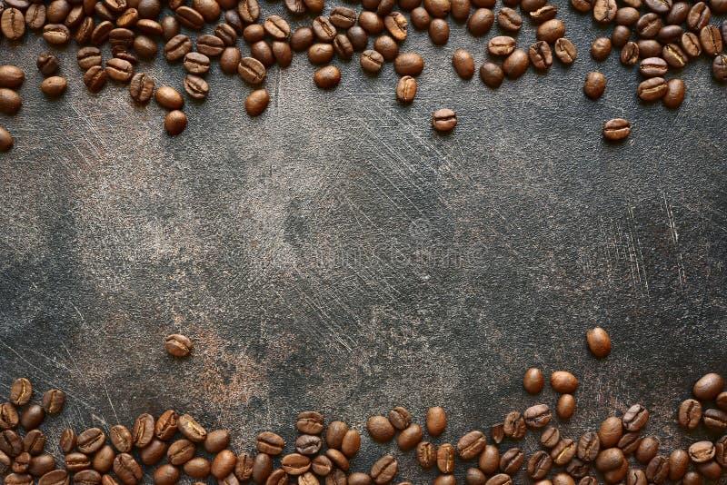 Voedselachtergrond met geroosterde zwarte koffiebonen Hoogste mening met mede royalty-vrije stock afbeeldingen