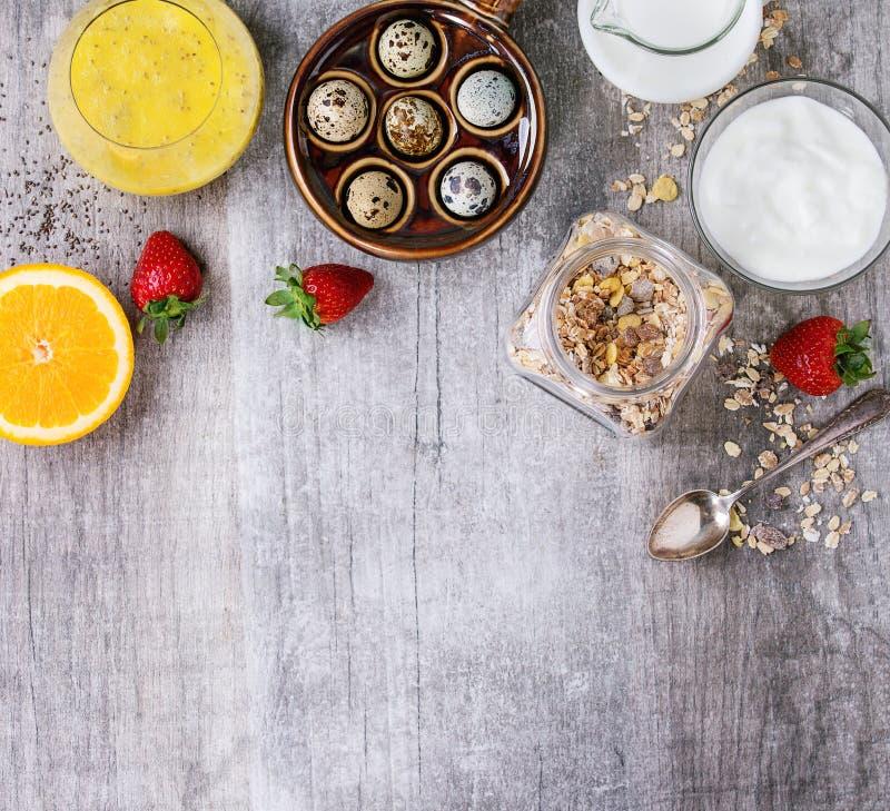 Voedselachtergrond met gezond ontbijt stock afbeelding