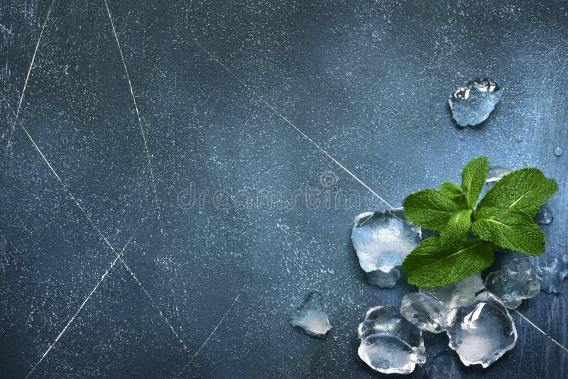 Voedselachtergrond met ijsblokjes en muntbladeren Hoogste mening met exemplaarruimte stock foto's
