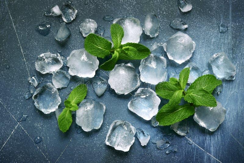 Voedselachtergrond met ijsblokjes en muntbladeren Hoogste mening met exemplaarruimte royalty-vrije stock afbeeldingen