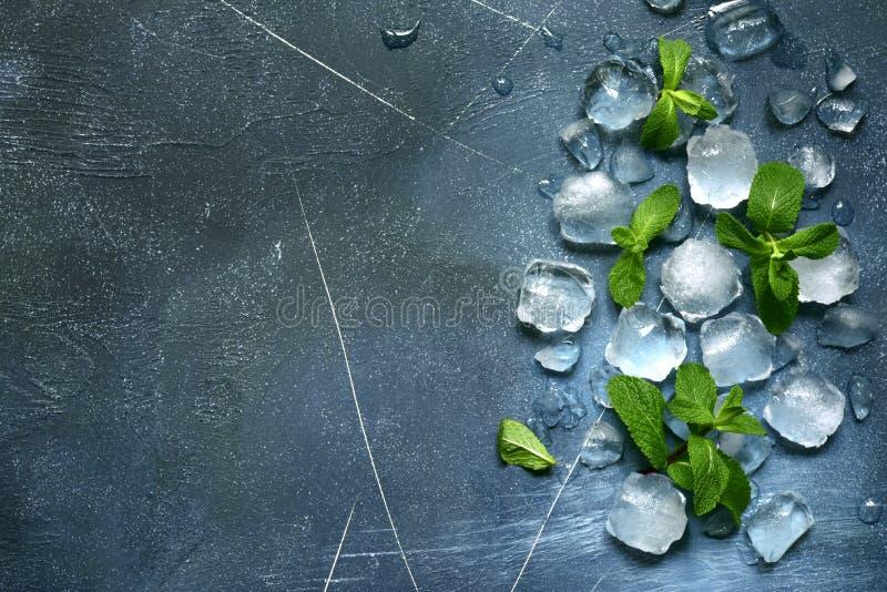 Voedselachtergrond met ijsblokjes en muntbladeren Hoogste mening met exemplaarruimte stock fotografie