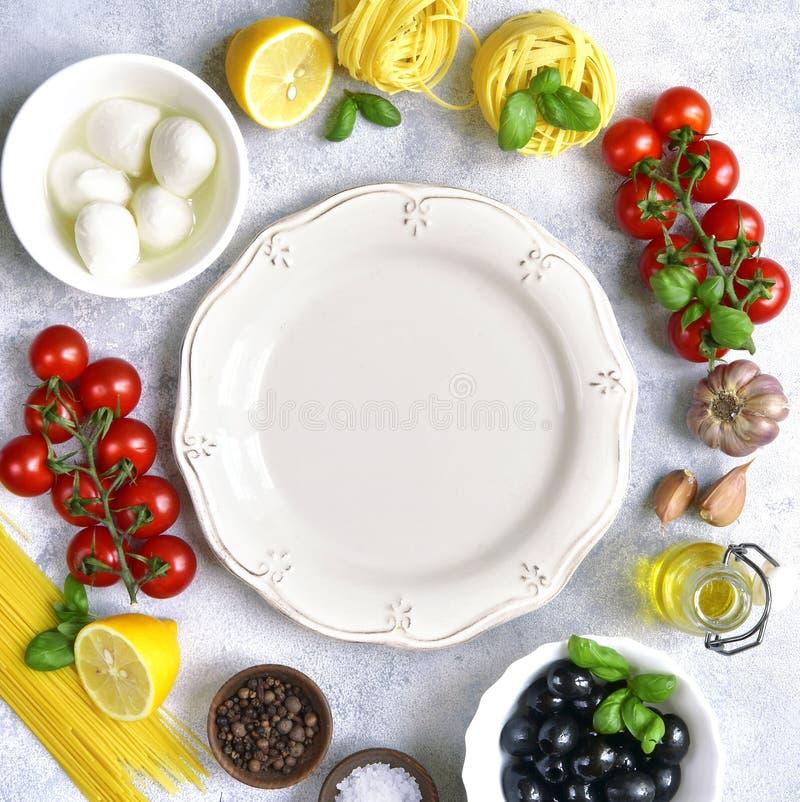 Voedselachtergrond met traditionele ingrediënten van mediterrane keuken Hoogste mening met exemplaarruimte royalty-vrije stock afbeelding