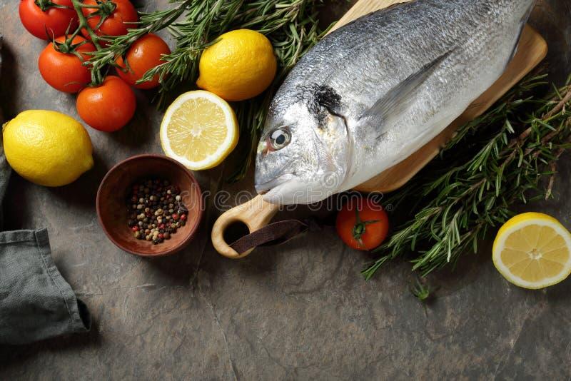Voedselachtergrond met vissen en ingrediënten stock foto
