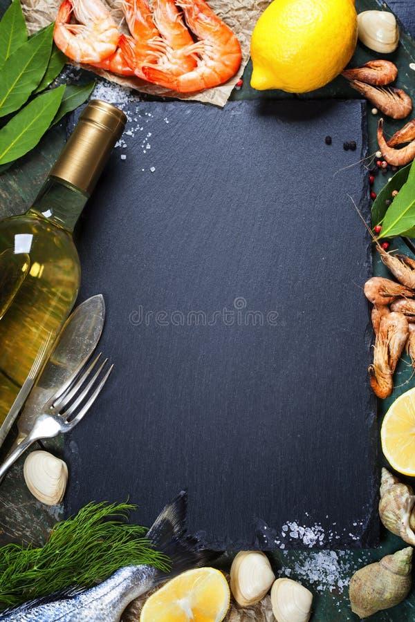 Voedselachtergrond met Zeevruchten en Wijn royalty-vrije stock foto's