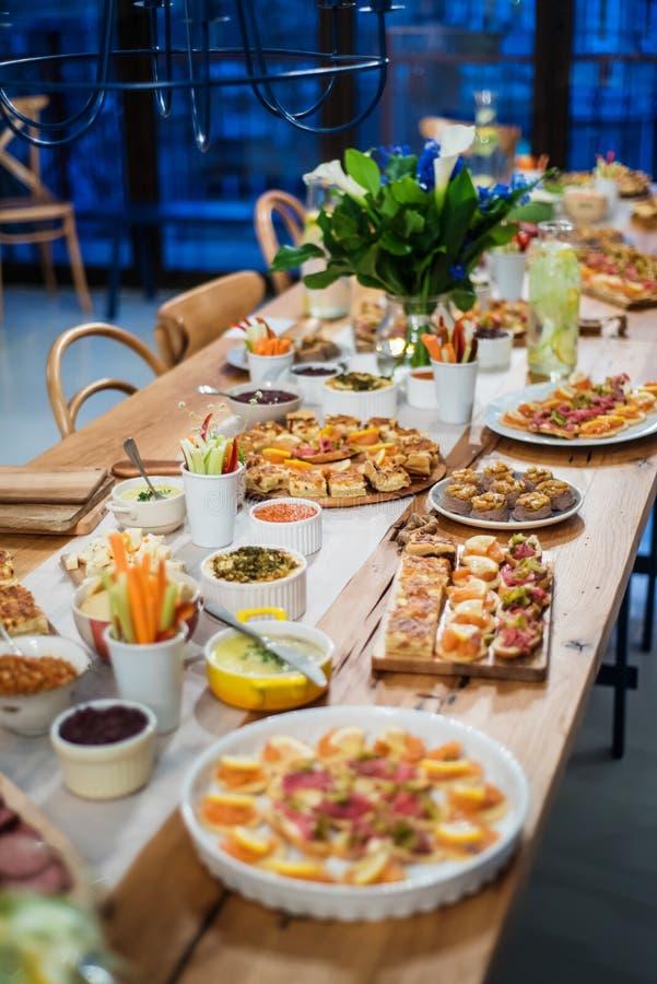 Voedselbuffet met vinger-voedsel en salades royalty-vrije stock foto's