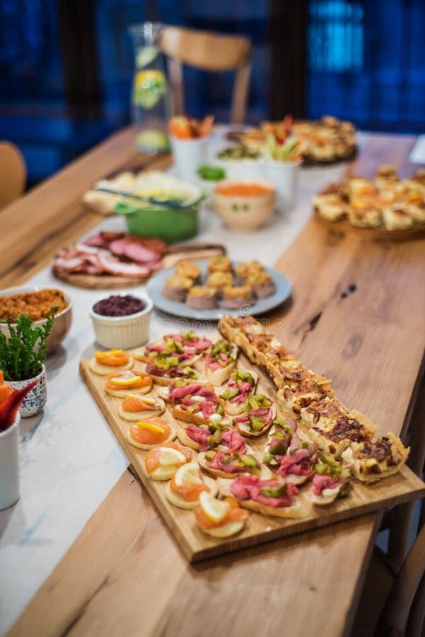 Voedselbuffet met vinger-voedsel en salades stock foto