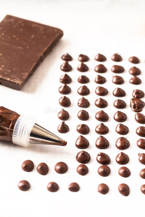 Voedselconcept die eigengemaakte chocoladeschilfers voor bakkerij op witte achtergrond maken royalty-vrije stock afbeeldingen