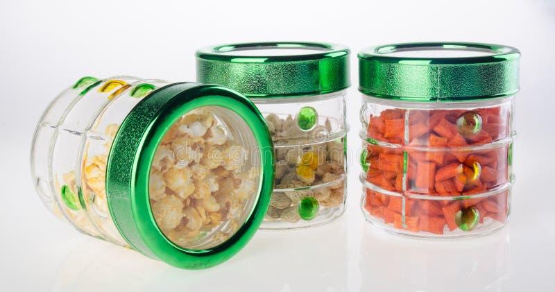 Voedselcontainers op de witte achtergrond stock foto