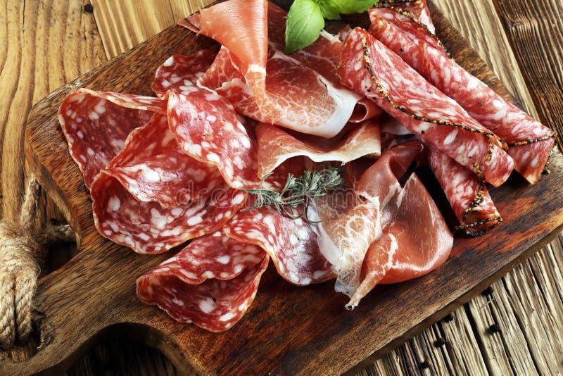 Voedseldienblad met heerlijke salami, ruwe ham en Italiaanse crudo of ja royalty-vrije stock fotografie