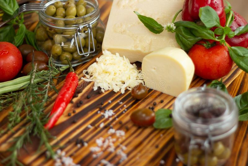 Voedselingrediënt voor Italiaanse deegwaren en pizza op houten lijst Verse groenten, kaas en kruiden voor Middellandse-Zeegebied stock afbeeldingen