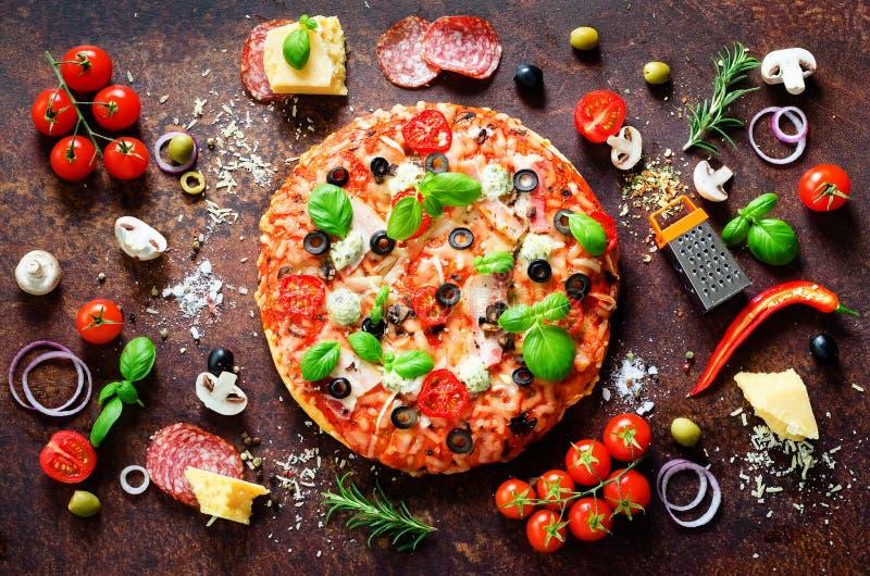 Voedselingrediënten en kruiden voor het koken van heerlijke Italiaanse pizza Paddestoelen, tomaten, kaas, ui, olie, peper, zout royalty-vrije stock foto