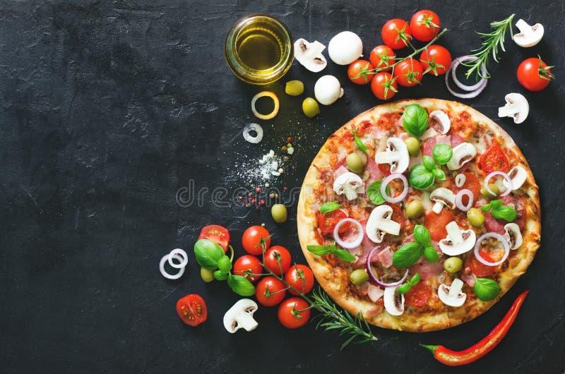 Voedselingrediënten en kruiden voor het koken van paddestoelen, tomaten, kaas, ui, olie, peper, zout, basilicum, olijf en royalty-vrije stock fotografie