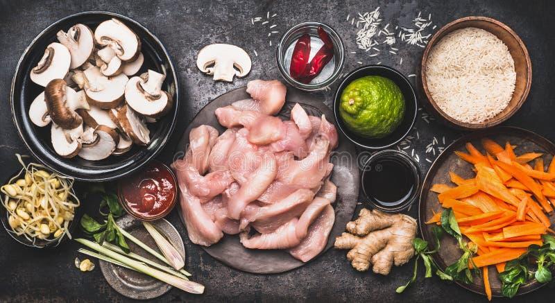 Voedselingrediënten voor het Aziatische koken met rijst, kip, groenten en kruiden in kommen royalty-vrije stock afbeelding