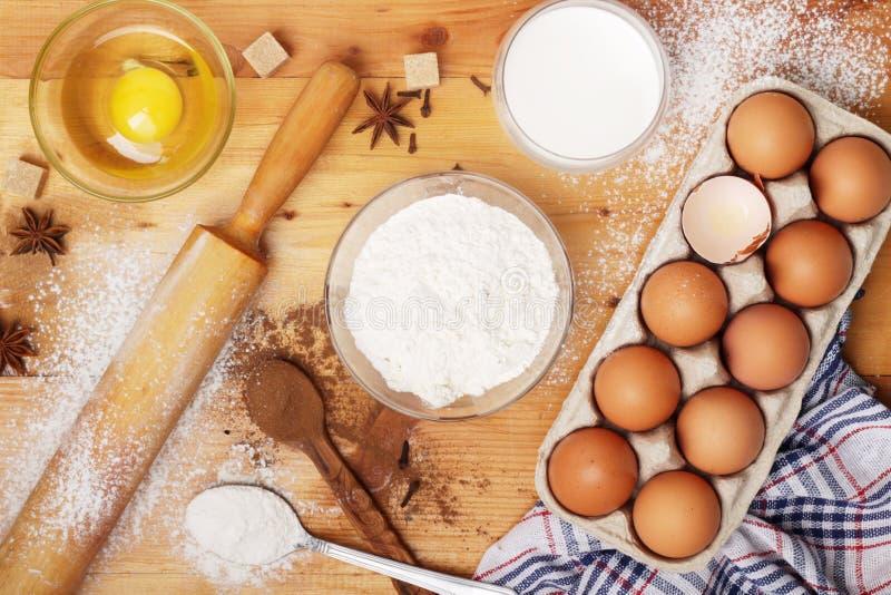Voedselingredi?nten voor baksel: bloem, eieren, melk, suiker stock afbeeldingen