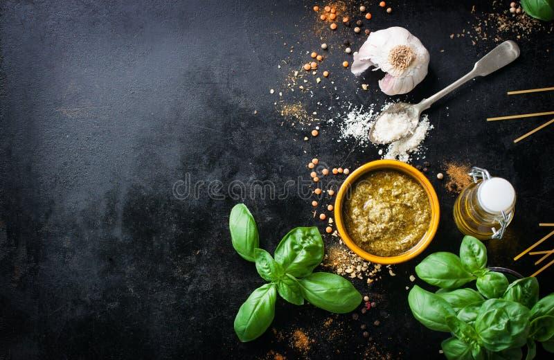 Voedselkader, Italiaanse voedselachtergrond, gezond voedselconcept of ingrediënten voor het koken van pestosaus op een uitstekend stock fotografie