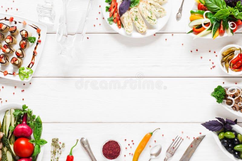 Voedselkader op witte houten lijst, vrije ruimte royalty-vrije stock afbeelding