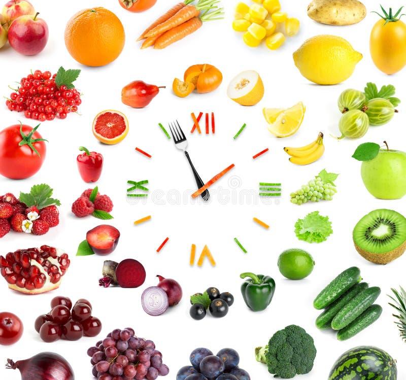 Voedselklok met verse vruchten en groenten stock afbeeldingen