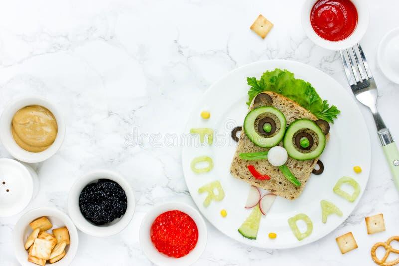 Voedselkunst - sandwiches voor papa, creatief idee voor een snack op Vet stock foto