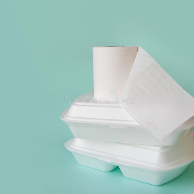 Voedsellevering, slechte kwaliteitsproblemen Voedselcontainers en toiletpapierbroodje royalty-vrije stock afbeelding