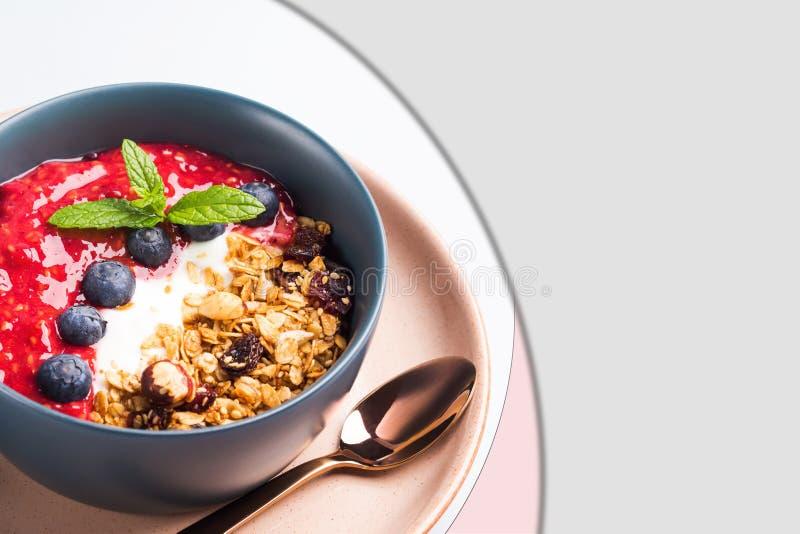 Voedselmalplaatje met de kom van yoghurtgranola stock afbeelding