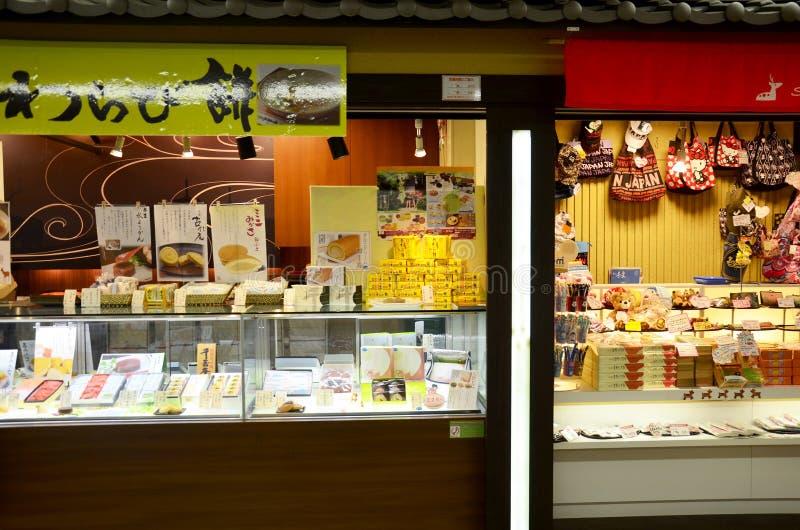 Voedselsnacks en de winkel van de Herinneringsgift voor verkoop Japanse mensen en royalty-vrije stock foto's