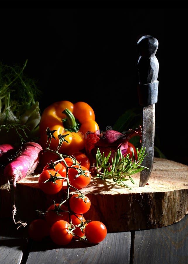 Voedselstilleven met groenten en een oud mes royalty-vrije stock foto's