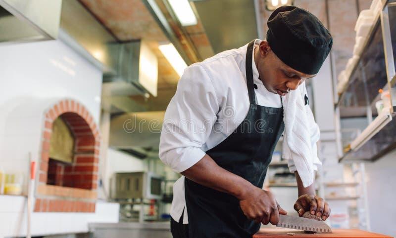 Voedselvoorbereiding in commerciële keuken royalty-vrije stock foto's