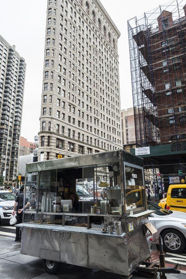 Voedselvrachtwagen en de Strijkijzerbouw in de Stad van New York, de V.S. royalty-vrije stock foto's